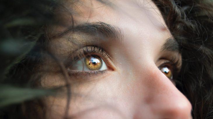 Las ojeras o bolsas de nuestros ojos se consideran un factor antiestético que para muchas personas genera un gran malestar al verse. Los principales factores por los que aparecen vienen ligados a la edad o a la falta de horas de sueño. Aunque, también podemos encontrar las ojeras oscuras que aparecen por factores genéticos, por temas como la retención de líquidos o incluso la falta de hierro.